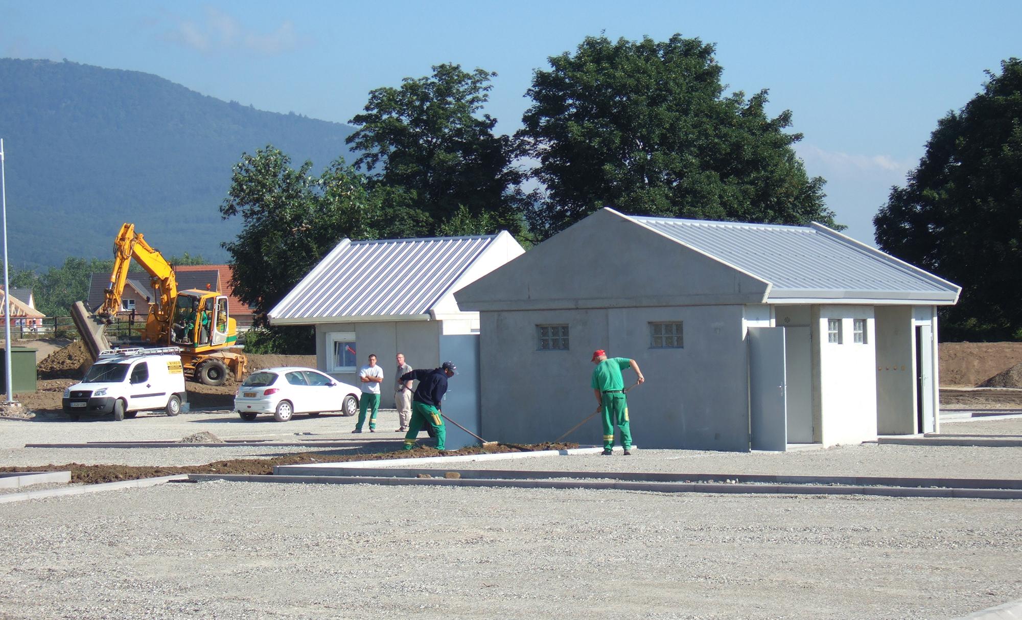 Les agents de VAGO entretiennent les espaces verts d'une aire